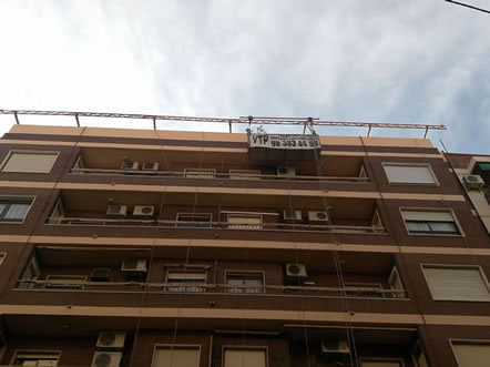 Rehabilitación de fachada utilizando andamios colgantes