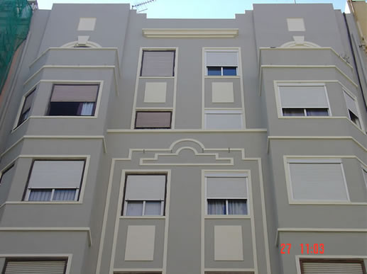 Fachada pintada color gris, centro de Valencia