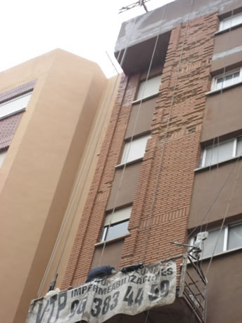 Sustitución de ladrillos caravista deteriorados en fachada exterior