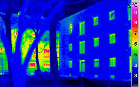 Termografía de edificio eficiente desde el punto de vista térmico. Las zonas azules muestran las temperaturas más frías mientras las rojizas las más altas. Las zonas azules están mejor aisladas